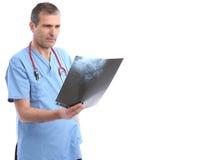 Doutor que olha um raio X Fotografia de Stock