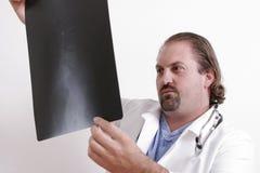 Doutor que olha uma película Fotos de Stock