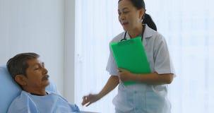 Doutor que pergunta paciente masculino sobre sua doença filme