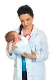 Doutor que prende o bebê recém-nascido Imagens de Stock Royalty Free