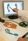 Doutor que prepara palmilhas ortopédicas para um paciente Imagens de Stock