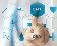 Doutor que pressiona o botão virtual no écran sensível Conceito de cuidados médicos modernos imagem de stock royalty free