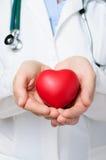 Doutor que protege um coração Imagem de Stock