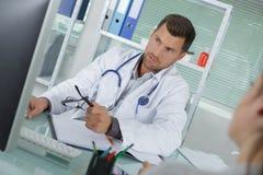 Doutor que revê o arquivo da circunstância imagens de stock