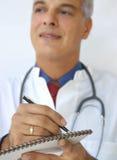 Doutor que toma notas Fotos de Stock Royalty Free