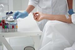 Doutor que toma o tubo de ensaio com solução da vitamina para IV a infusão fotografia de stock