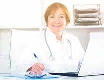 Doutor que trabalha eficazmente imagem de stock royalty free