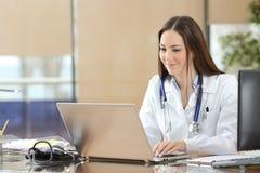 Doutor que trabalha na linha em uma consulta Imagens de Stock