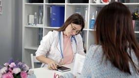 Doutor que trabalha no escritório e que escuta o paciente, está explicando seus sintomas, healtcare e auxílio video estoque
