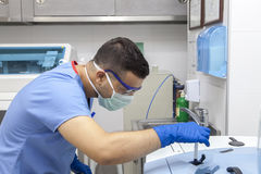 Doutor que trabalha nos tubos de ensaio Imagem de Stock