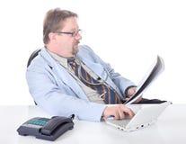 Doutor que transcreve resultados da examinação foto de stock