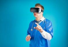 Doutor que usa ?culos de prote??o da realidade virtual imagens de stock royalty free