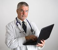 Doutor que usa o computador imagens de stock