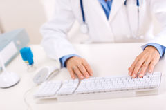 Doutor que usa o computador Imagem de Stock Royalty Free