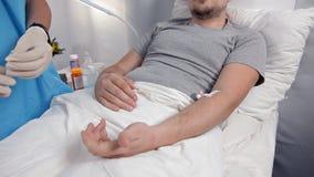 Doutor que usa a seringa para fazer a injeção da vacina ao paciente no hospital O homem é injeção intravenosa da droga no filme