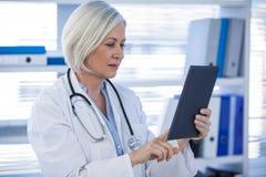 Doutor que usa a tabuleta digital imagens de stock royalty free