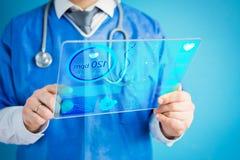 Doutor que usa a tecnologia m?dica futurista moderna imagem de stock