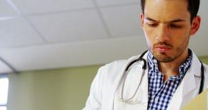 Doutor que verifica um relatório médico filme