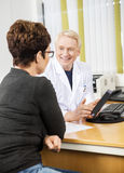 Doutor Showing Digital Tablet ao paciente fêmea fotos de stock