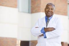 Doutor Standing Parte externa Um Hospital Fotos de Stock Royalty Free