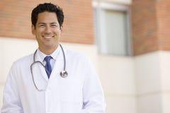 Doutor Standing Parte externa Um Hospital Fotografia de Stock