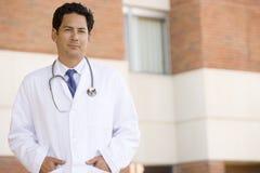 Doutor Standing Parte externa Um Hospital Imagens de Stock