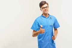 Doutor With Stethoscope Around seu pescoço contra Grey Background imagens de stock royalty free