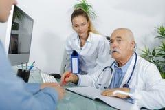 Doutor superior na conversação com paciente fotografia de stock royalty free