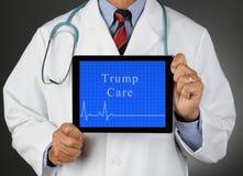 Doutor With Tablet Computer com cuidado do trunfo e linha lisa de Ekg imagens de stock royalty free