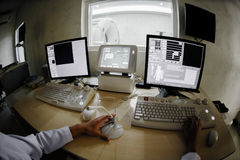 Doutor veterinário com controle de computador de MRI Imagem de Stock
