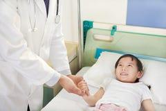 Doutor Visiting Child Patient na divisão Imagem de Stock Royalty Free