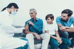 Doutor Visiting Family para injetar a insulina fotografia de stock royalty free