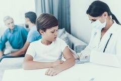 Doutor Visiting Family para injetar a insulina fotografia de stock