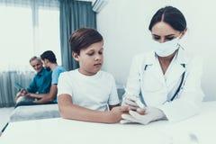 Doutor Visiting Family para injetar a insulina fotos de stock