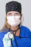 Doutor Wearing uma máscara e um estetoscópio Imagem de Stock Royalty Free