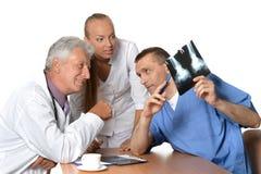 Doutores Discussing Raio X foto de stock