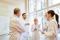 Doutores durante o treinamento médico fotografia de stock royalty free