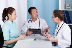 Doutores durante a reunião da manhã Imagens de Stock Royalty Free