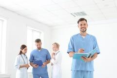 Doutores e assistentes médicos na clínica foto de stock