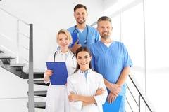 Doutores e assistentes médicos na clínica fotos de stock