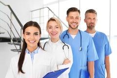 Doutores e assistentes médicos na clínica imagem de stock royalty free