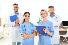 Doutores e assistentes médicos na clínica foto de stock royalty free