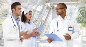 Doutores e enfermeira no hospital Imagem de Stock