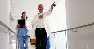 Doutores e enfermeira que correm no corredor do hospital filme