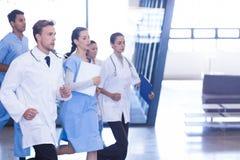 Doutores e enfermeiras que apressam-se para a emergência Imagens de Stock