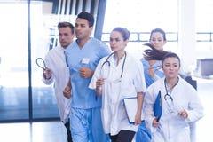 Doutores e enfermeiras que apressam-se para a emergência Fotografia de Stock Royalty Free