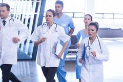 Doutores e enfermeiras que apressam-se para a emergência Foto de Stock