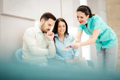 Doutores e pacientes que falam na sala de espera do hospital fotografia de stock royalty free