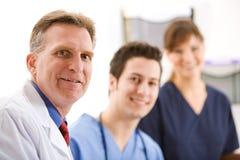 Doutores: Equipe de três profissionais médicos imagem de stock royalty free