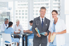 Doutores masculinos e fêmeas com relatórios Fotografia de Stock Royalty Free
